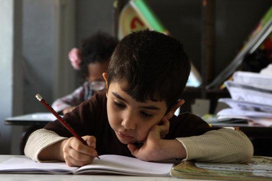 Enfant qui étudie
